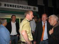 Reinhold Hilbers (2. v. re.) im Gespräch mit Polizeihauptkommissar Thomas Webel (Mitte).